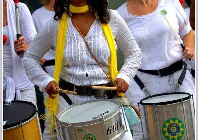 Indra, caixaspeelster en timbaspeelster bij Samba Vivaz