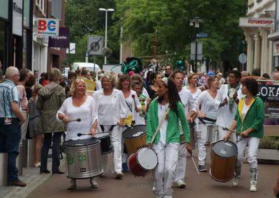 Samba Vivaz opent ieder jaar Straattheaterfestival Woerden met parade